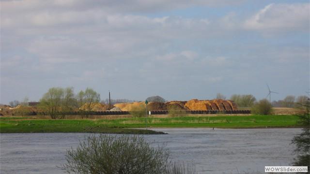 Damwand van Middelwaard bv en opslag van houtsnippers en boomstammen