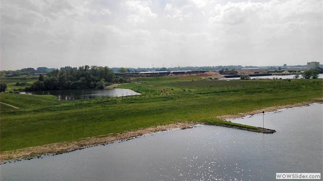 Middelwaard bv met loswal gezien vanaf de Rijnbrug
